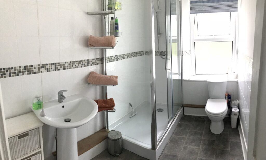 Coastguard Cottage, Mevagissey - Large family bathroom