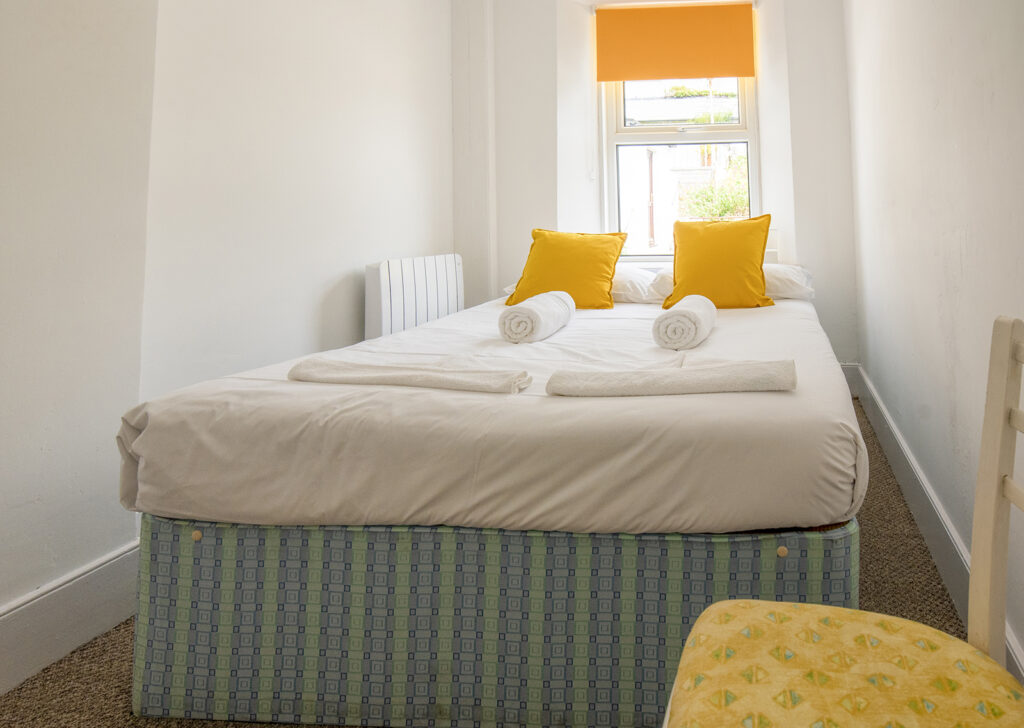 Coastguards View, Mevagissey - Bedroom 4 - compact room with double bed and view over garden